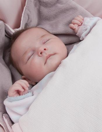 Baby mit Candide Decke
