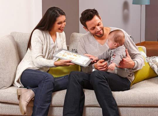Mutter & Vater machen Abdrücke mit ihrem Baby.